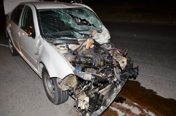 Daños materiales deja choque de un auto y una camioneta