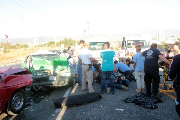 Taxista invade carril y deja siete heridos
