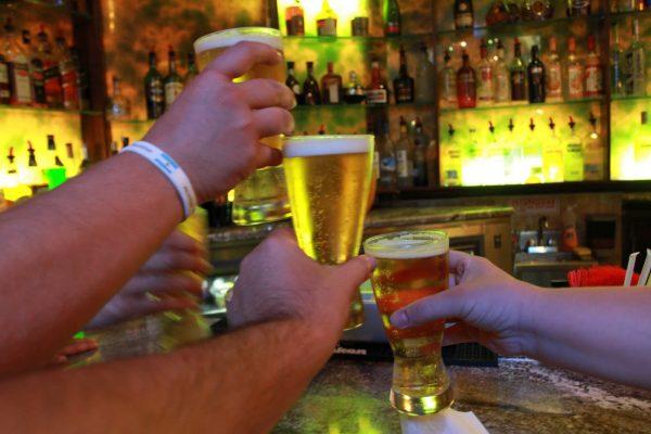 El consumo de alcohol es un problema para jóvenes y adultos