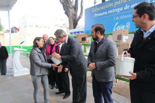 Entrega Municipio apoyos a escuelas