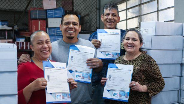 Entrega Inaeba certificados a trabajadores del sector calzado en León