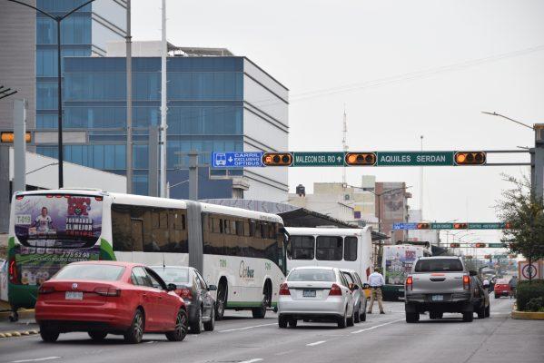 """Incrementan multas por invadir carril de la """"oruga"""""""
