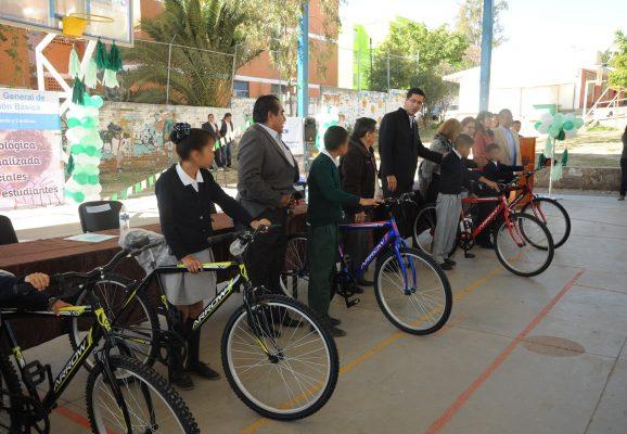 SEG entrega bicicletas a niños de primaria