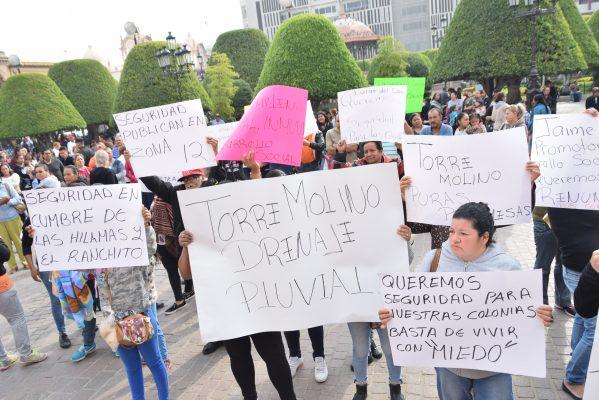 Se manifiestan afuera de Palacio Municipal por irregularidades en entrega de apoyos