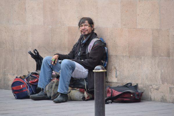 """El hombre que carga bolsas, el enigma indescifrable, la reinvención del """"Mochilas"""""""