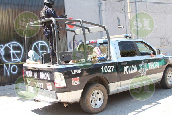Detienen a 3 en bodega con camiones robados