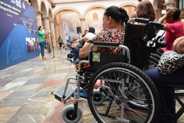 Entrega DIF apoyos a personas con discapacidad