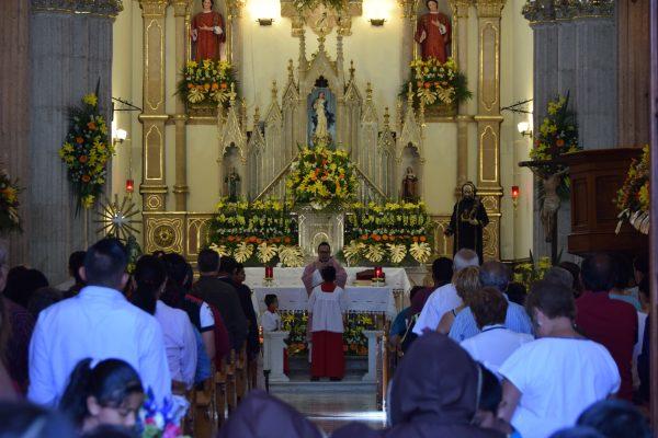 Acuden niños a misa