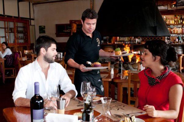Reporta Confederación de Organizaciones Sindicales bajos salarios en el sector turístico