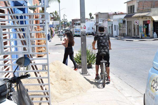 Peatones en riesgo por construcción