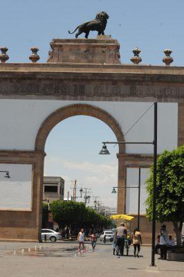 Aprovechan familias para visitar el tradicional Arco de la Calzada
