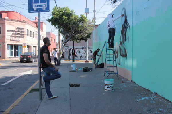 Hacen Grafiteros mural a 'El Mochilas'