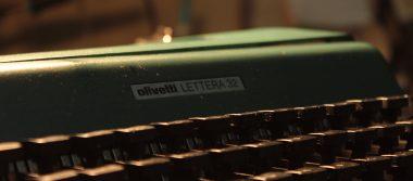 Da vida a las máquinas de escribir bajo la luz de su lámpara