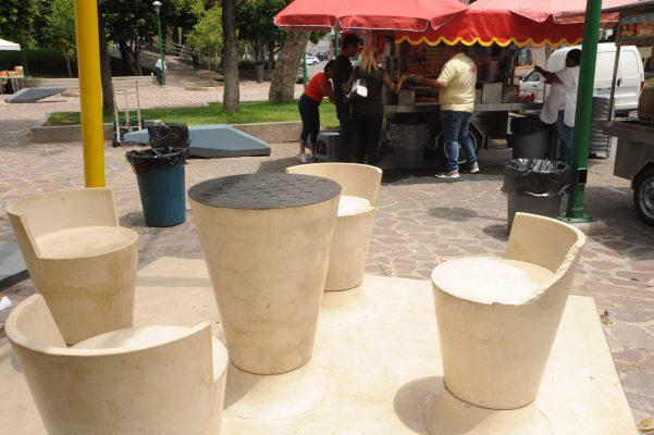 Vandalizan bancas nuevas del Parque Hidalgo