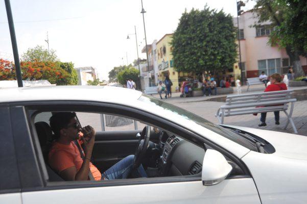 Piden a leoneses dejar de ver el celular mientras se trasladan