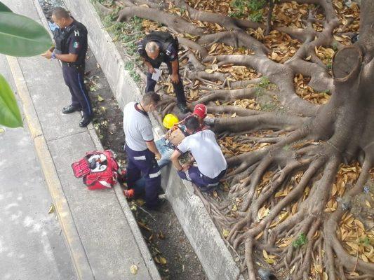 Lo lesionan y avientan a cauce de Malecón