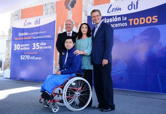 Entrega Alcalde aparatos auditivos y sillas de ruedas
