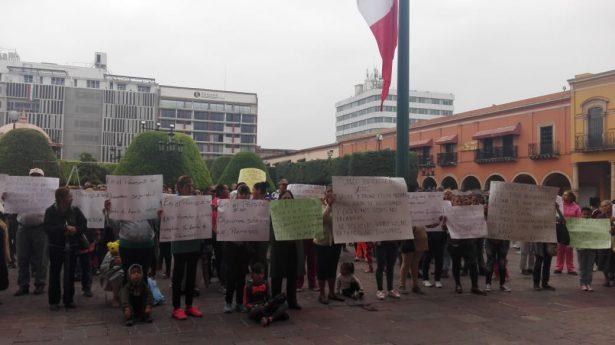 Se manifiestan frente a la Presidencia Municipal