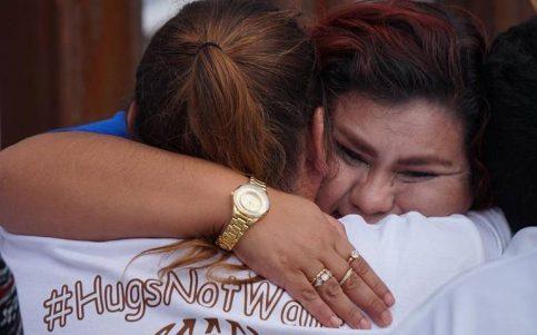 Familias se reencuentran durante 3 minutos en la frontera