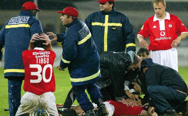 MIKLOS FEHER, cayó al césped de repente en un partido. Fue trasladado al hospital, pero nunca recuperó la consciencia. Según la autopsia sufría una malformación cardiaca