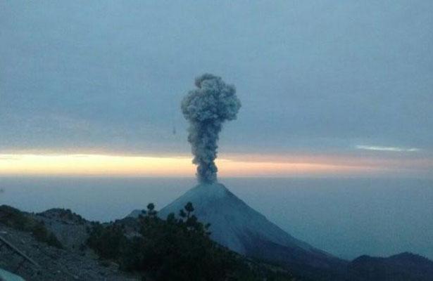 Volcán de Colima emite exhalación de mil metros