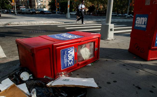 """Neoyorquinos despiden versión impresa del semanario rebelde """"Village Voice"""""""