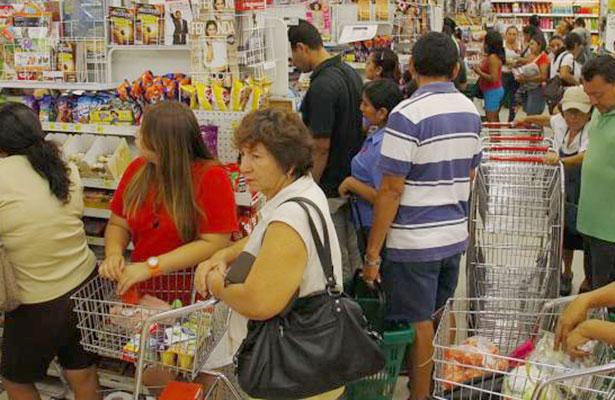 Confianza del consumidor, en picada; financiamiento a la banca comercial, al alza