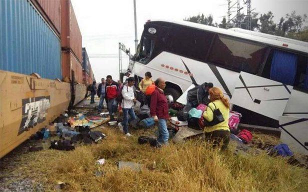 Suman tres muertos en accidente de autobús de equipo juvenil de futbol