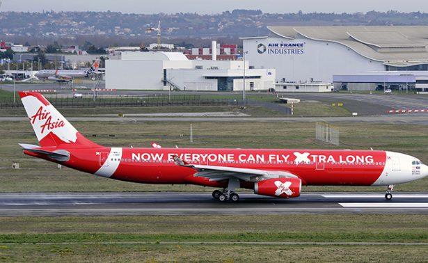 Hombre intenta abrir puerta de emergencia ¡en pleno vuelo!
