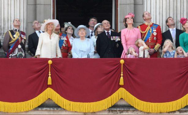 Reina Isabel preside un minuto de silencio por víctimas de incendio