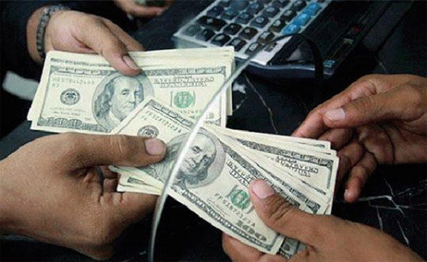 Dólar retrocede y se oferta hasta en 19.22 pesos en bancos