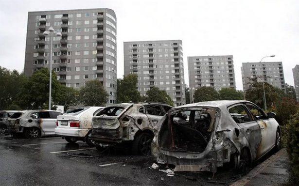Detienen a dos jóvenes por quemar un centenar de autos en Suecia