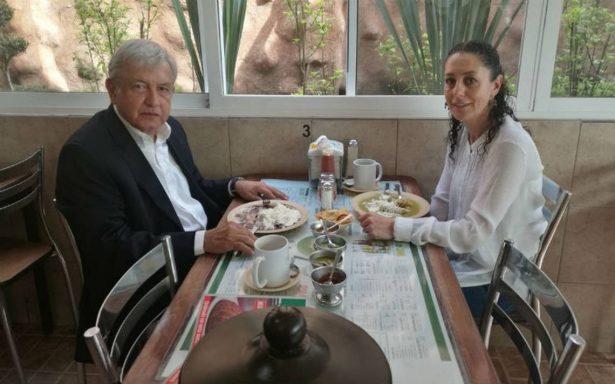 Sheinbaum desayuna antojitos mexicanos con AMLO