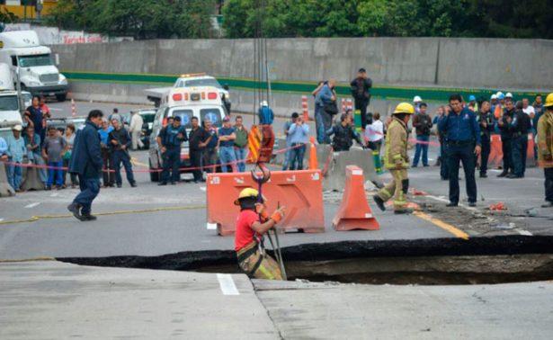 Rescatan auto que cayó a socavón en Paso Express; murieron los dos pasajeros