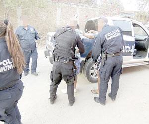 Policías municipales capturan a dos en operativo en Camiones
