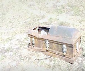 El ataúd de la tumba que fue abierta en la sindicatura de Teacapán, Escuinapa sigue al aire libre