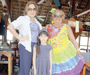 Abrazos y buenos deseos de cumpleaños para Bertha Ayala