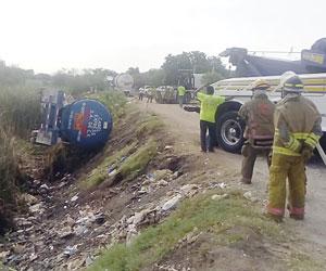 Desalojan a 50 familias por pipa que transportaba gasolina  y cayó al Arroyo de los Jabalines