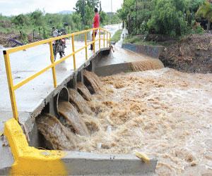 Se desbordan canales: Protección Civil