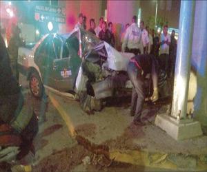 Lo asaltaban con machete, por lo que taxista se impacta contra base de puente