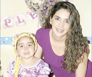 Abrazan en su día a la hermosa Renata Muñoz