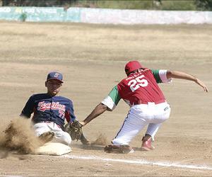 """se jugó la jornada 13 de la Liga de Beisbol Magisterial SNTE, categoría """"B"""". Foto: El Sol de Mazatlán."""