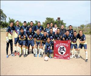 Atlético Mazatlán sacó su casta de campeón y se levantó de un 0-3, para vencer 5-3 a su similar de Cofile, adjudicándose el titulo copero, dentro de la Final de Copa de la Liga de Futbol Superveteranos del Chololos. Foto: Jesús Guzmán / El Sol de Mazatlán.
