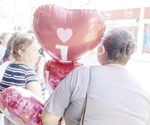 Celebran Mazatlecos Día del Amor y la Amistad