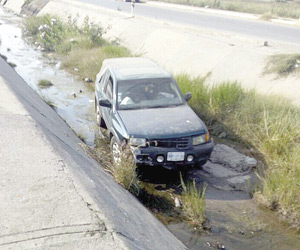 Se cae a canal pluvial