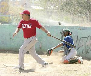 Choque de titantes en la Liga de Beisbol Interclubes Súper Máster. Foto: Jesús Guzmán / El Sol de Mazatlán.