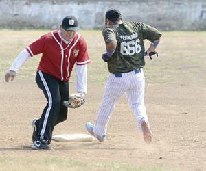 Emociones a tope se viven en la Liga de Beisbol del Sarabia Súper Máster. Foto: Jesús Guzmán / El Sol de Mazatlán.