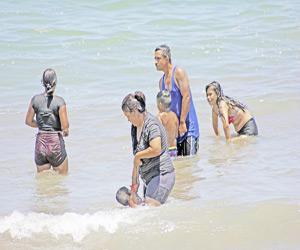 Disfrutan Bañistas de las Playas