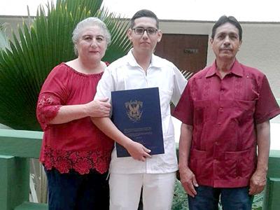 Se gradúa de licenciado en Enfermería José Román Martin