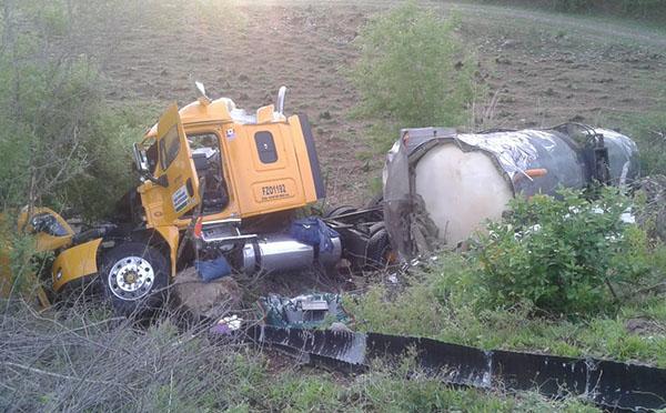 Vuelca pipa cargada de combustolio en la autopista